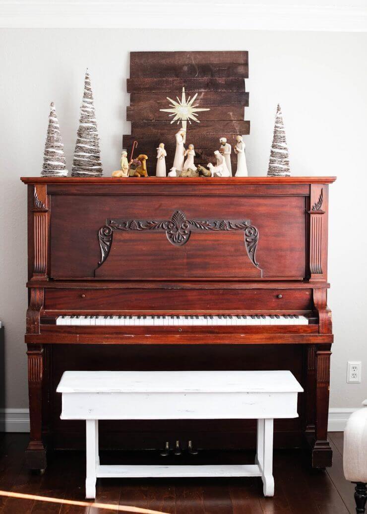 2016 Holiday home tour on iheartnaptime.net -nativity on the piano